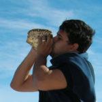 Elevando al viento el sonido del Pututo - Peru A Travel