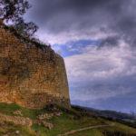 Muralla exterior de la fortaleza de Kuelap (20 m de alto, 580 de largo y 110 m de lado)