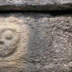 Rostro humano grabado en El Tintero, también conocido como torre calendario