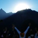 Recibiendo la energía de los primeros rayos de luz en Machu Picchu - Peru A Travel